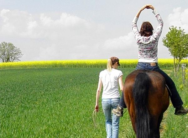 Reittherapie-Übung auf dem Pferd