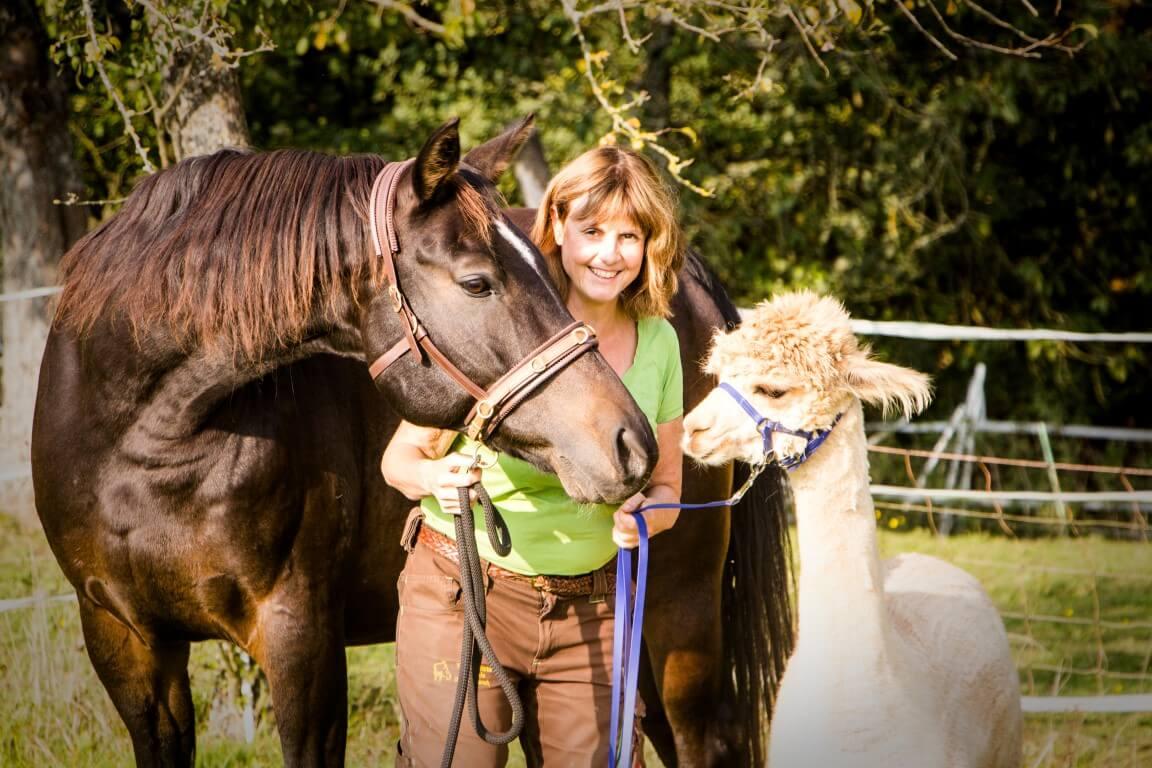 Birgit Appel-Wimschneider mit Pferd und Alpaka